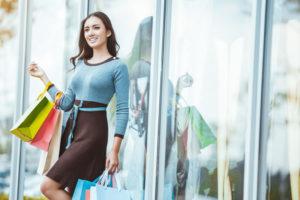 綺麗を保つショッピングする女性